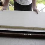 Appoggiare il copri davanzale coibentato Cover App sul vecchio davanzale ed esercitare una leggera pressione facendolo aderire bene. Sigillare i 3 lati a contatto con spalle e serramento con MS polimero.